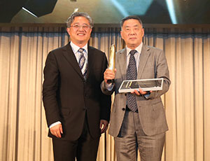 Dasui Wang (R) accepts the outstanding achievement award from Wang Jun, Vice President, Architectural Society of China (L)
